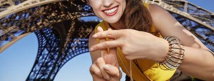 显示hashtag的微笑的妇女打手势反对埃佛尔铁塔 免版税图库摄影