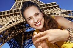 显示hashtag的微笑的妇女打手势反对埃佛尔铁塔 库存图片