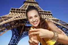 显示hashtag的微笑的妇女打手势反对埃佛尔铁塔 免版税库存图片