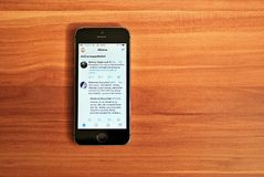 显示iOS 8的黑Iphone 5s 免版税库存照片