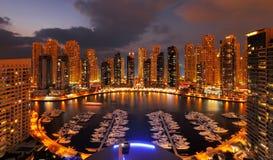 显示JLT的许多摩天大楼黄昏的迪拜小游艇船坞 库存图片