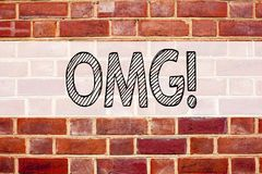 显示OMG的概念性公告文本说明启发哎呀 在老砖写的惊奇幽默的企业概念b 免版税库存照片