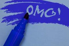 显示Omg诱导电话的文字笔记 陈列哦我的好简称现代惊讶表示的企业照片大胆 库存照片