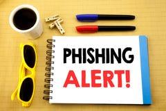 显示Phishing戒备的文字文本 在与拷贝空间的稠粘的笔记写的欺骗警告危险的企业概念在老木头 库存图片