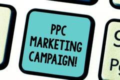 显示Ppc市场活动的文本标志 每次他们的一个广告是点击的键盘键,概念性照片付费 免版税图库摄影