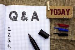 显示Q A的文本标志 概念性照片要求常见问题解答常常地要求解决疑义询问支持的问题帮助写在笔记本嘘 图库摄影