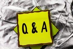 显示Q A的文本标志 概念性照片要求常见问题解答常常地要求解决疑义询问支持的问题帮助写在被堆积的Stic 免版税图库摄影