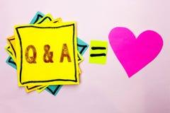 显示Q A的文本标志 概念性照片要求常见问题解答常常地要求解决疑义询问支持的问题帮助写在被堆积的Stic 免版税库存图片