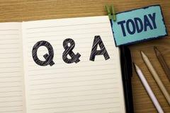 显示Q A的文本标志 概念性照片要求常见问题解答常常地要求解决疑义询问支持的问题帮助写在笔记本嘘 免版税库存图片