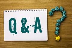 显示Q A的文本标志 概念性照片要求常见问题解答常常地要求解决疑义询问支持的问题帮助写在笔记本嘘 库存照片