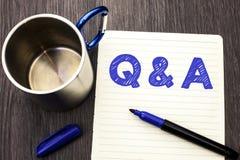显示Q A的概念性手文字 企业照片陈列要求常见问题解答常常地要求解决疑义询问支持的问题帮助 免版税库存图片