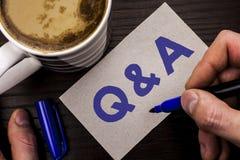 显示Q A的概念性手文字 企业照片文本要求常见问题解答常常地要求解决疑义询问支持writte的问题帮助 免版税库存图片