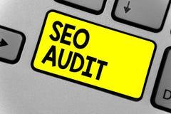 显示Seo审计的文字笔记 确认和核实处理键盘yel的企业照片陈列的搜索引擎优化 免版税库存照片