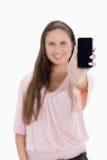 显示smartphone屏幕的女孩的特写镜头 免版税图库摄影