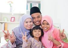 显示v胜利手标志的亚洲家庭 免版税图库摄影