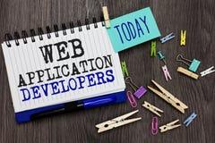 显示Web应用程序开发商的文字笔记 企业照片陈列的互联网编程的专家技术软件不同 免版税库存图片
