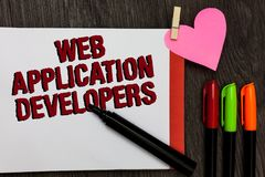 显示Web应用程序开发商的文字笔记 企业照片陈列的互联网编程的专家技术软件大胆的r 免版税库存图片