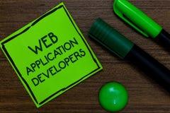 显示Web应用程序开发商的文本标志 概念性在稠粘写的照片互联网编程的专家技术软件 图库摄影