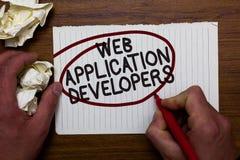 显示Web应用程序开发商的文本标志 概念性照片互联网编程的专家技术软件手举行纸lo 库存照片