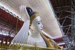 显耀的Shwethalyaung大斜倚的菩萨雕象 免版税库存图片