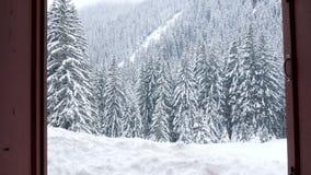 显露一座美丽的冬天山通过窗口环境美化 影视素材