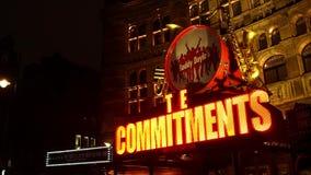 显露伦敦戏剧的标志的平底锅在Shaftsbury大道的 股票视频