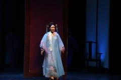 显露心脏入宫殿现代戏曲女皇在宫殿 库存图片