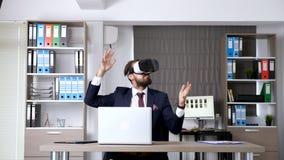 显露的移动式摄影车滑射击商人建立办公室公司与VR风镜一起使用 股票录像