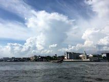 晁Phraya景色和市有clound和蓝天的 免版税库存照片