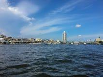 晁Phraya景色和市有clound和蓝天的 库存照片
