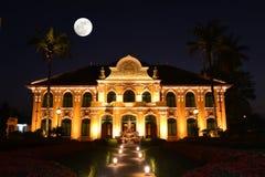 晁Phraya Abhaibhubejhr医院和泰国传统医学博物馆有超级月亮的 免版税库存照片