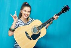 晃动与少年女孩和吉他音乐 免版税库存照片