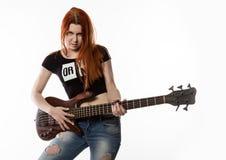 晃动使用在白色背景的电吉他的妇女 库存图片