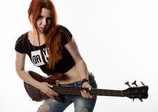晃动使用在白色背景的电吉他的妇女 图库摄影