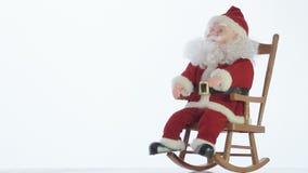 晃动在一把摇椅的圣诞老人玩具 股票视频