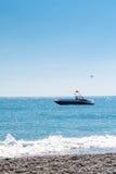 晃动在波浪的帆伞运动小船 免版税库存照片