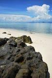 晃动在海滩和清楚的水在蓝天下 免版税库存图片