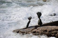 晃动在海滩岩石的平衡的艺术在拉古纳海滩,加利福尼亚 库存图片