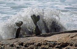 晃动在海滩岩石的平衡的艺术在拉古纳海滩,加利福尼亚 免版税库存照片