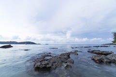 晃动并且挥动在Ao参议员海滩普吉岛 免版税图库摄影