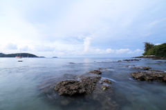 晃动并且挥动在Ao参议员海滩普吉岛 免版税库存照片