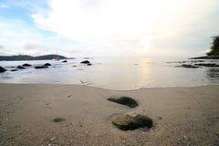 晃动并且挥动在Ao参议员海滩普吉岛 免版税库存图片