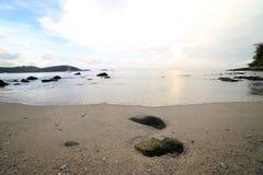 晃动并且挥动在Ao参议员海滩普吉岛 库存图片