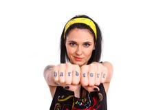 晃动显示她的在她的拳头的女孩纹身花刺 库存照片