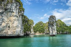 晃动柱子和绿宝石水,下龙湾越南 库存图片
