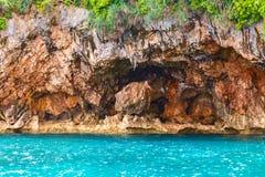 晃动海岛和红色石头在蓝色热带海, PhilippinesBora 免版税图库摄影