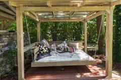 晃动的床荫径 与枕头的庭院床 免版税图库摄影
