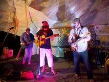 晃动音乐家保罗Isak和汤米弹吉他的大砂在Opti 库存图片