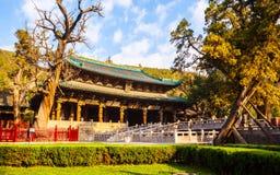 晋祠纪念寺庙(博物馆)场面。圣洁的母亲和驾驶桥楼的霍尔横跨鱼池。 库存照片