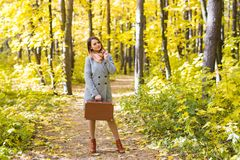 晒干,秋天和人概念-一个美丽的少妇的画象秋天自然的 免版税库存照片